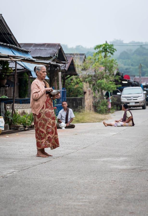 Stara kobieta czeka michaelity fotografia royalty free