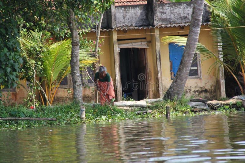 Stara kobieta Kerala stojąca woda zdjęcie royalty free