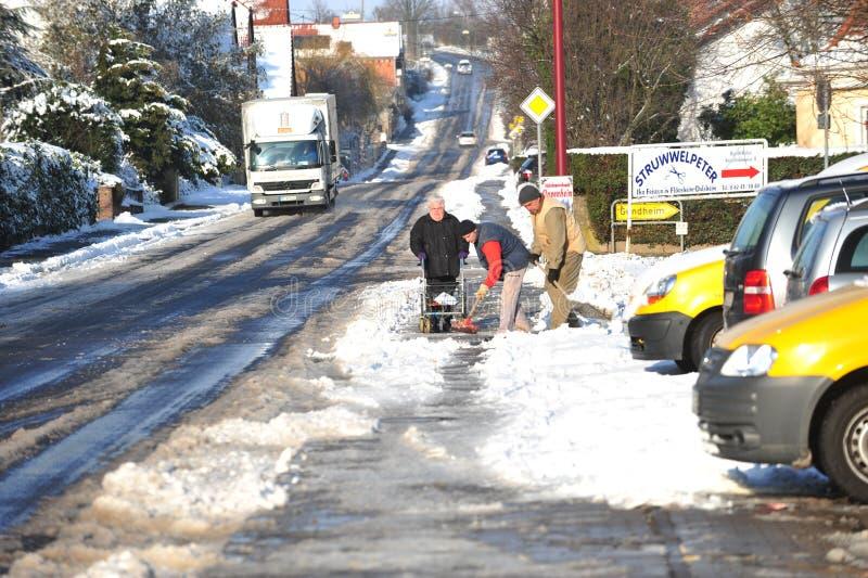 Stara kobieta na śnieżnej drodze obrazy royalty free