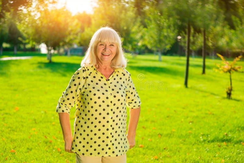 Stara kobieta na parkowym tle fotografia royalty free