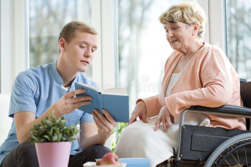 Stara kobieta na wózku inwalidzkim obraz royalty free