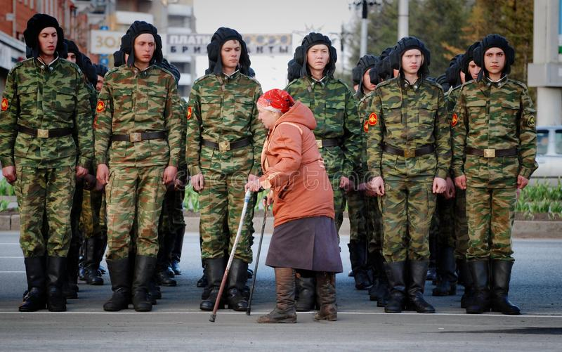Stara kobieta obezwładnia wzdłuż systemu Rosyjski wojskowy zdjęcie royalty free