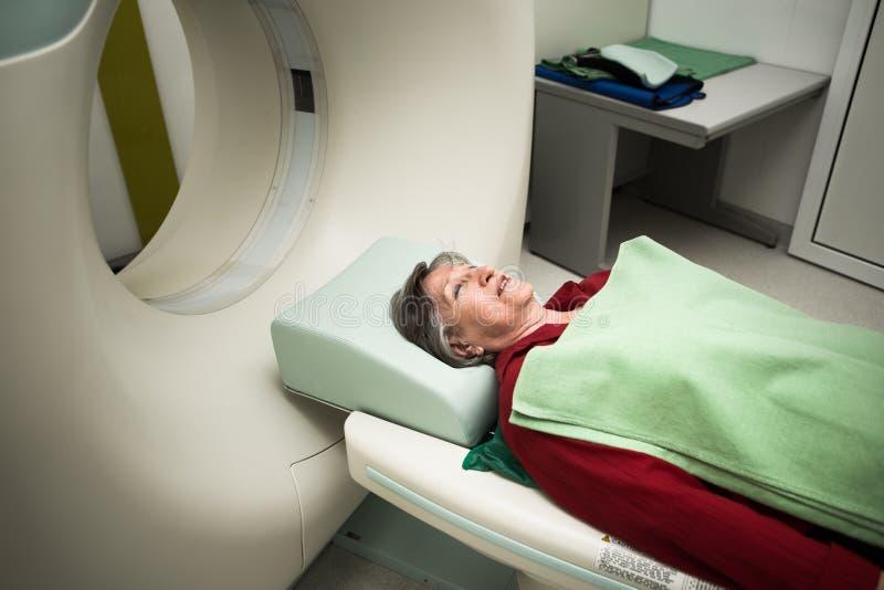 Stara kobieta pacjent przy skomputeryzowanym osiowym tomografia obrazem cyfrowym (kot) Egzamininować pacjent z nowotworem z CT Bo obrazy stock