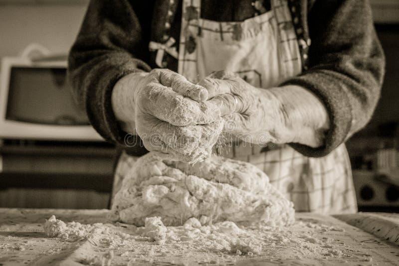 Stara kobieta robi domowej roboty makaronowi z parmesan serem zdjęcia royalty free