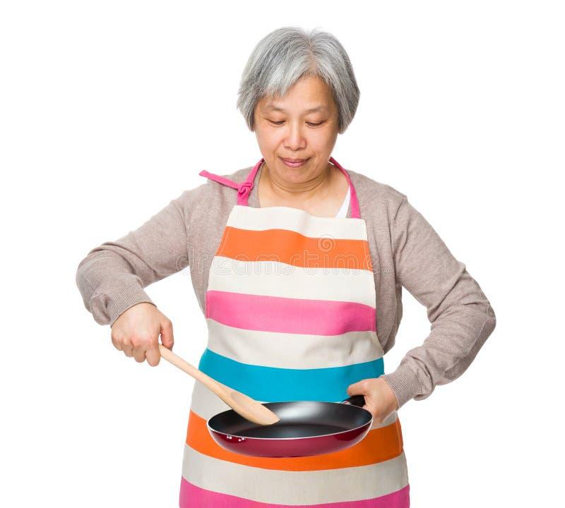 Stara kobieta robi jedzeniu zdjęcie stock