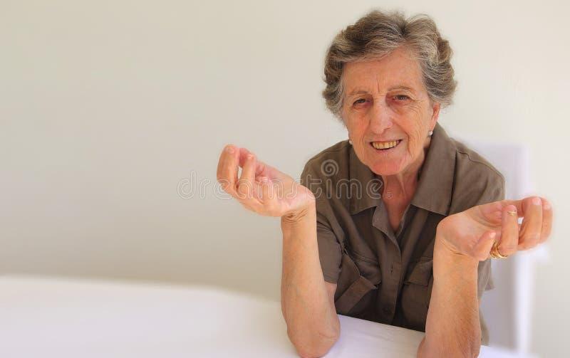 Stara kobieta seans który no zna czego robić obrazy stock