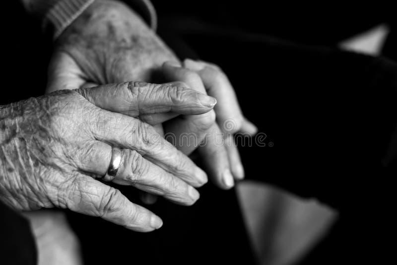 Stara kobieta trzyma rękę młody człowiek zdjęcie stock