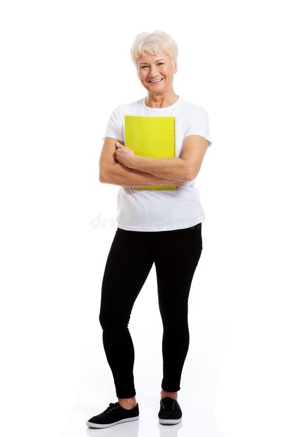 Stara kobieta trzyma workbook. obrazy royalty free