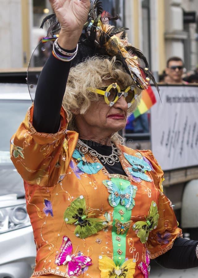 2019: Stara kobieta uczęszcza Gay Pride paradę także znać jako Christopher dnia Uliczny CSD w Monachium w ornage kostiumu fotografia stock
