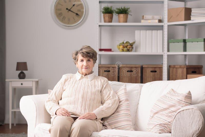 Stara kobieta w domu fotografia royalty free