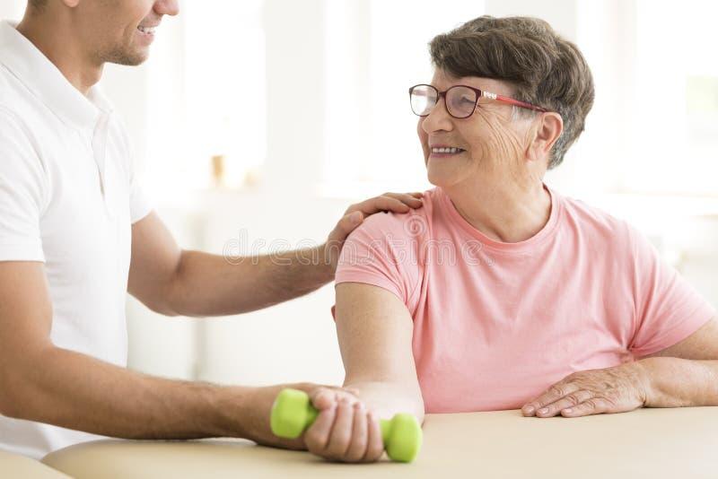 Stara kobieta w fizycznej rehabilitaci obraz stock