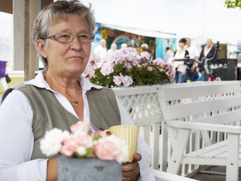 Stara kobieta w kawiarni obrazy stock