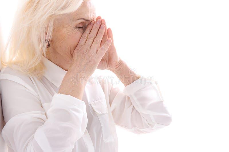 Stara kobieta z zamkniętymi oczami obraz royalty free