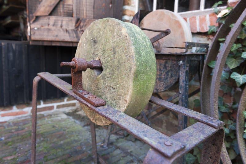 Stara kobyłka mechata w ośniedziałej budowie fotografia royalty free