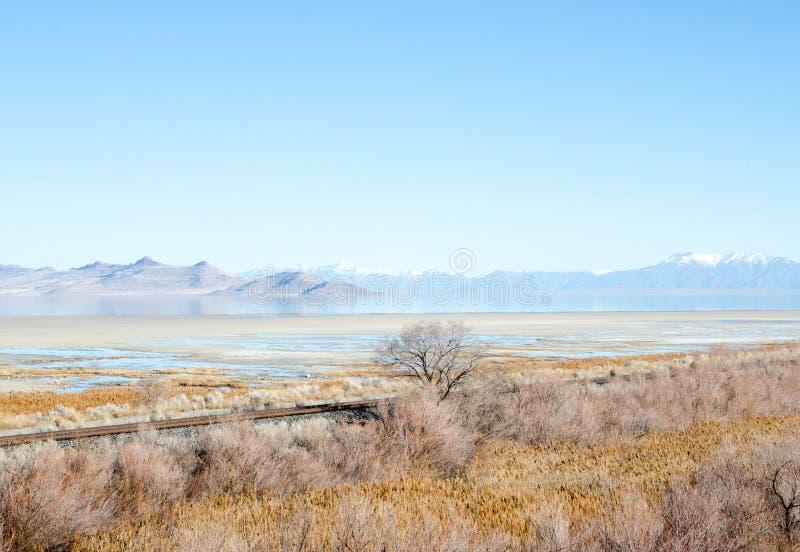 Stara kolej i góry na Bonneville soli mieszkaniach, Utah zdjęcie stock