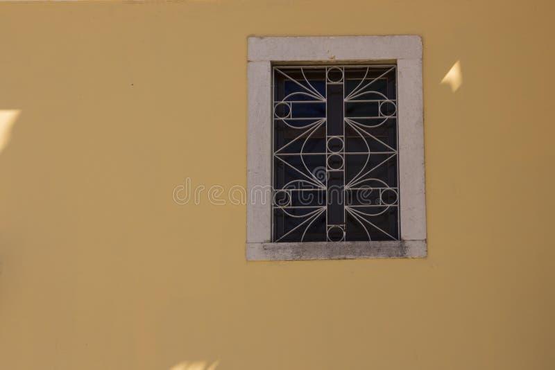 Stara kolor żółty ściana i piękny mały nadokienny tło zdjęcie royalty free