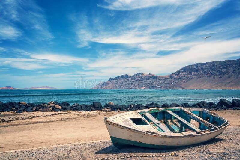 Stara kolorowa łódź rybacka, atlantycki ocean w tle, Lanzarote, wyspy kanaryjska Hiszpania obrazy royalty free