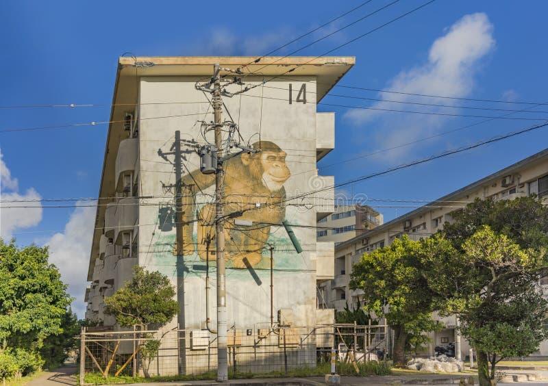 Stara kompleks mieszkaniowy ściana w pobliżu Amerykańskiej wioski w Okinawa, dokąd małpy i inni zwierzęta malują obraz stock