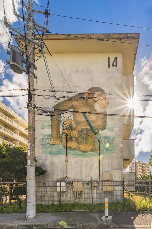 Stara kompleks mieszkaniowy ściana w pobliżu Amerykańskiej wioski w Okinawa, dokąd małpy i inni zwierzęta malują obraz royalty free