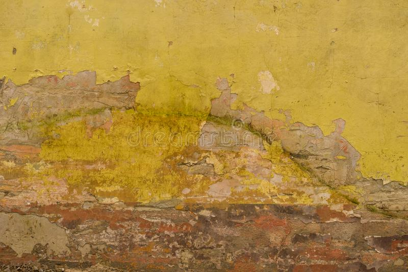 Stara krakingowa ściana z żółtym i czerwonym brown tynkiem obrazy royalty free