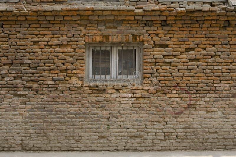 Stara krakingowa ściana z okno obrazy stock