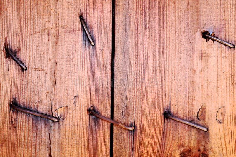 Stara krakingowa deska z gwoździami Drewniana tekstura zdjęcie royalty free