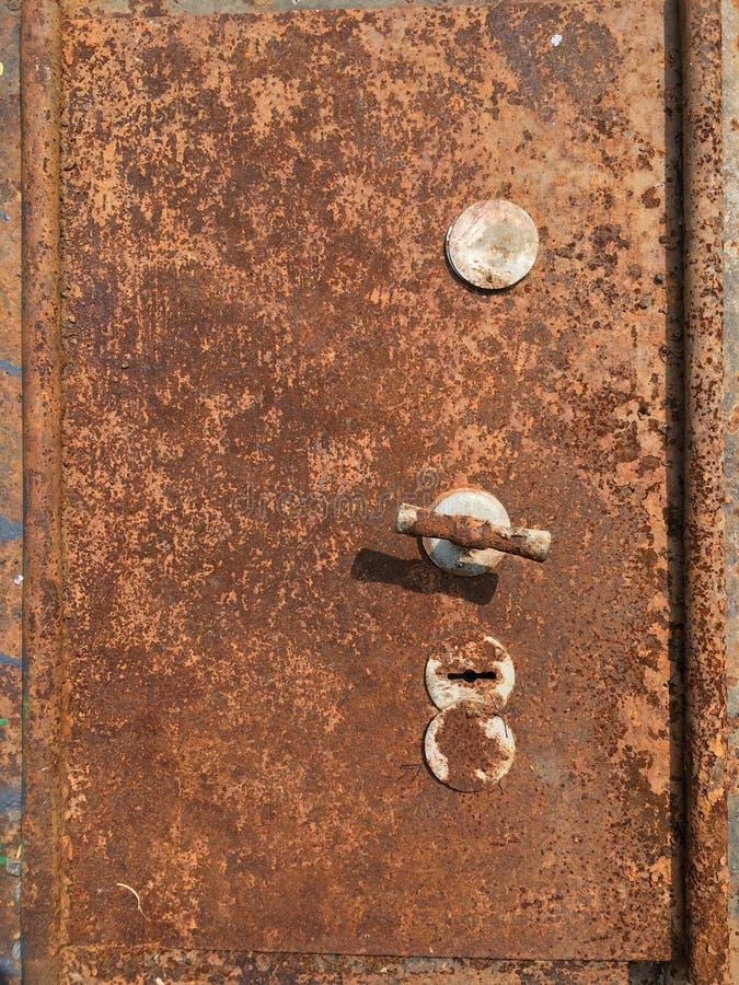 Stara krakingowa farba na metalu strongbox obraz stock
