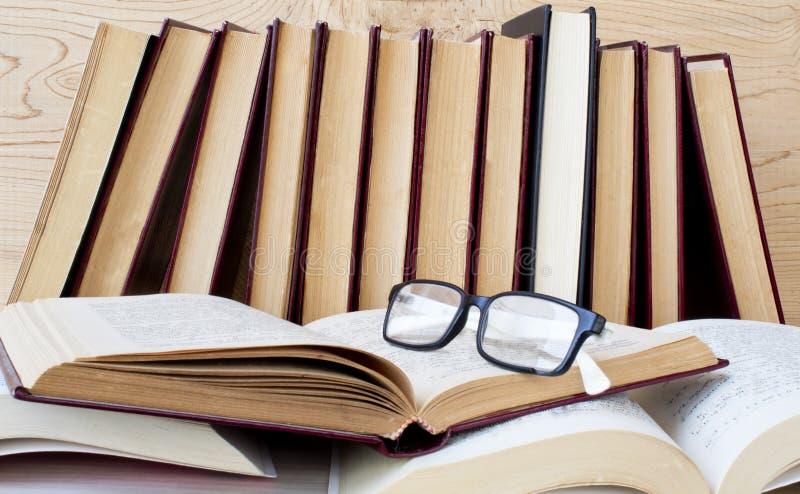 Stara książka i szkła na drewnianej półce fotografia royalty free