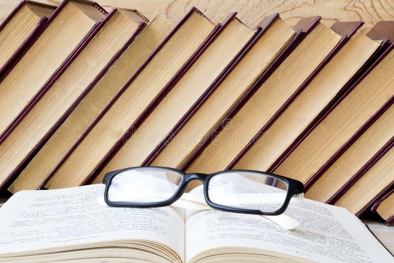 Stara książka i szkła na drewnianej półce zdjęcie royalty free