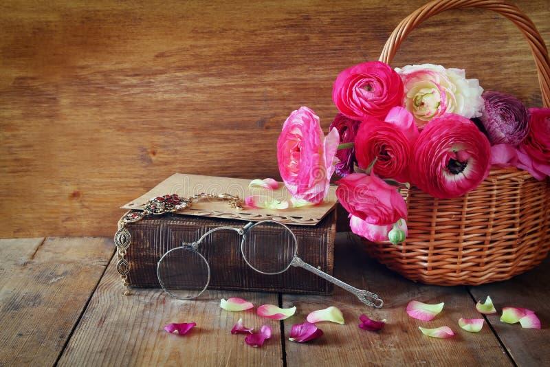 Stara książka i szkła obok pięknych śródpolnych kwiatów na drewnianym t obrazy royalty free