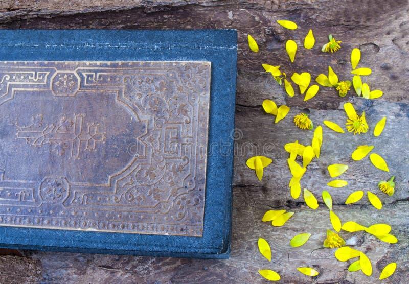 Stara książka na drewnianej tło teksturze obraz royalty free