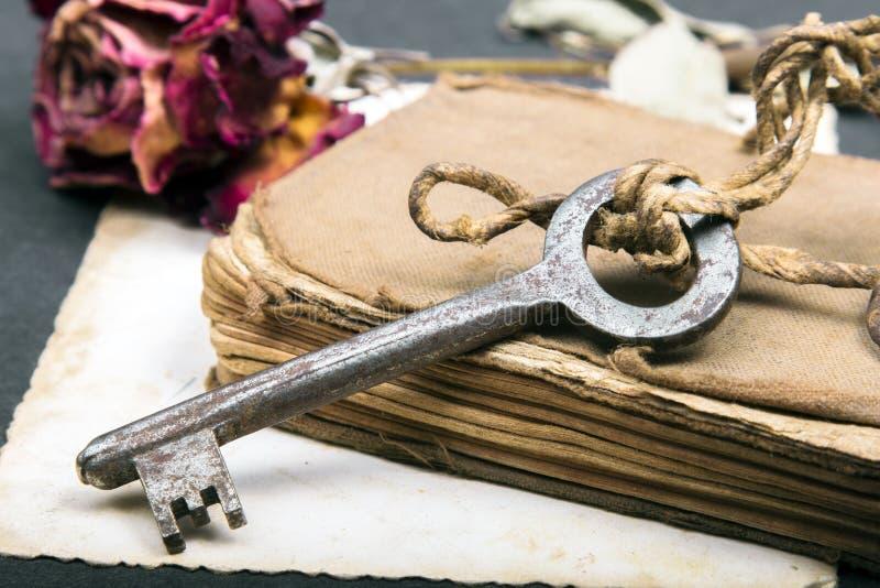 stara książka, ośniedziały klucz, i opróżniamy fotografię fotografia stock