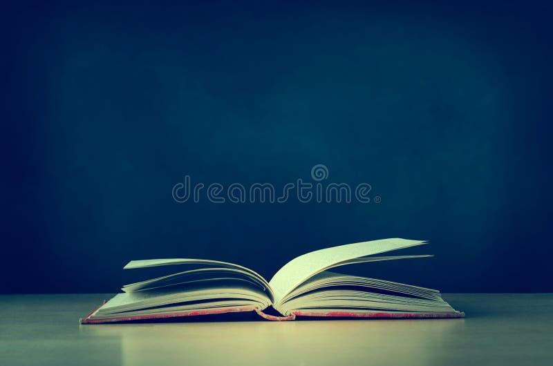 Stara książka Otwierająca na biurku z Chalkboard w tle - Retro Ve zdjęcia royalty free
