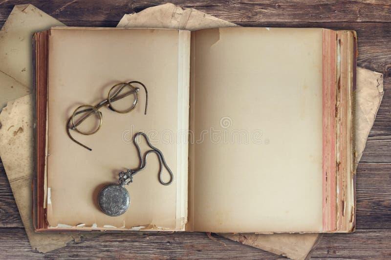 Stara książka z roczników szkłami i kieszeniowym zegarkiem zdjęcie royalty free
