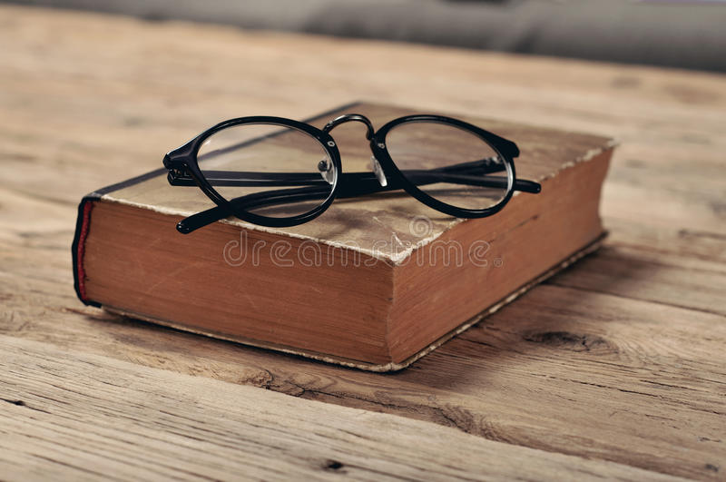 Stara książka z roczników szkłami na drewnianym stole fotografia royalty free