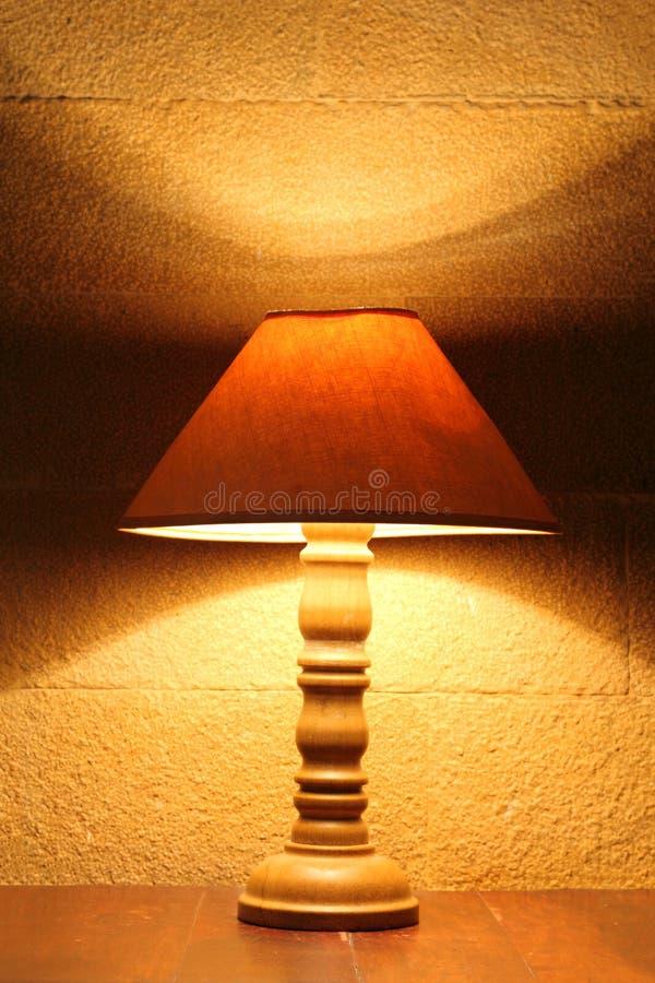 Download Stara lampa na stole obraz stock. Obraz złożonej z dekoracyjny - 28973739