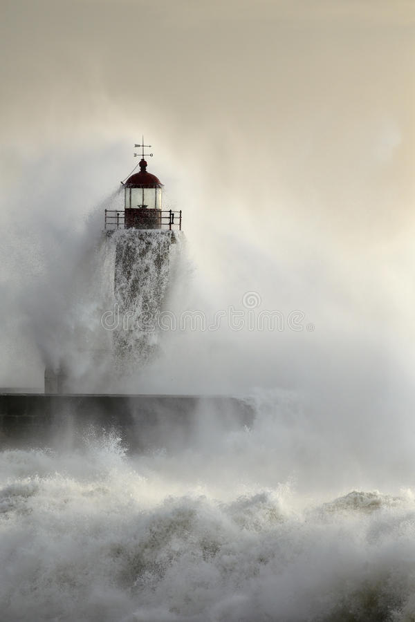 Stara latarnia morska podczas ciężkiej ocean burzy zdjęcia royalty free