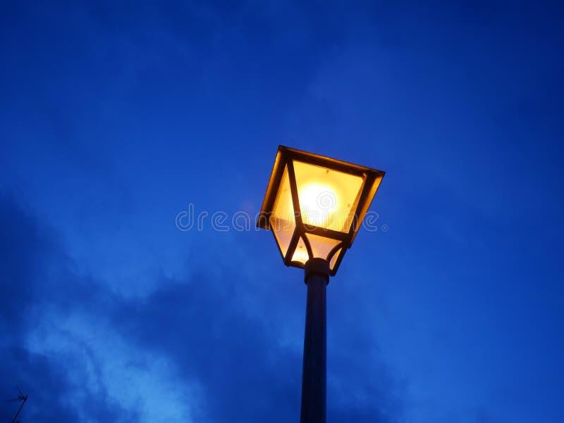 Stara latarnia uliczna w wieczór zdjęcie stock
