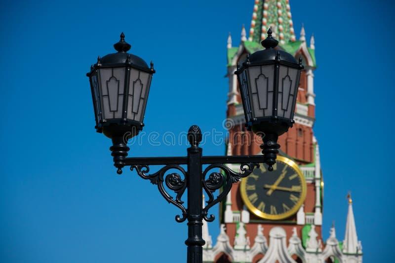 Stara latarnia uliczna z Spasskaya wierza wybawiciela wierza w tle zdjęcie stock