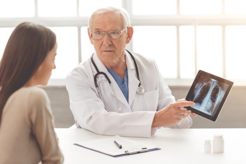 Stara lekarka i pacjent zdjęcia stock