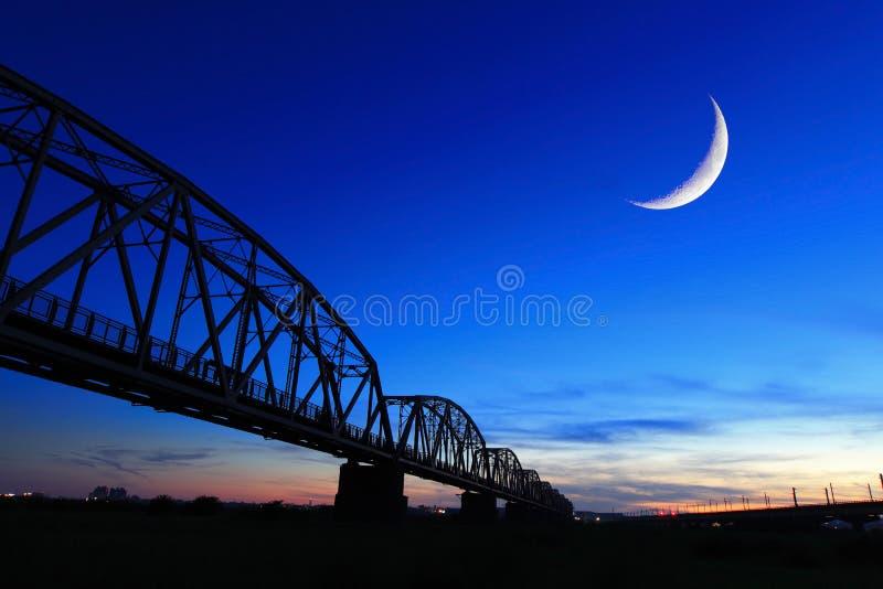 Stara linii kolejowej mosta sylwetka przy noc fotografia royalty free
