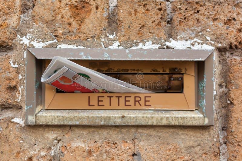 Stara listowa szczelina z gazetowym zbliżeniem obraz stock