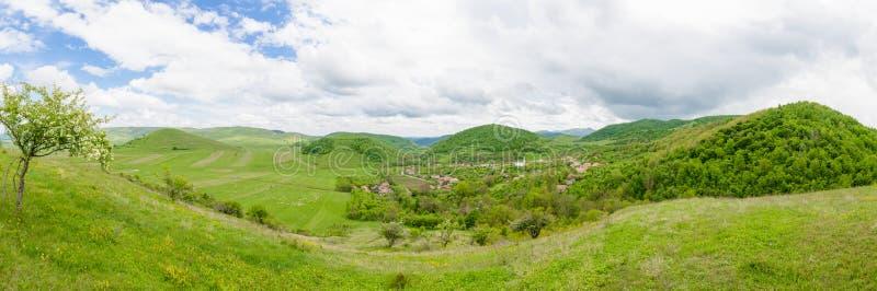 Stara mała tradycyjna wioska w pięknej dolinie zdjęcia stock