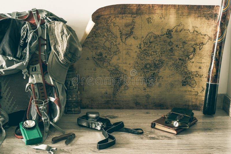 Stara mapa, rocznik podróży wyposażenie i pamiątki od podróży dookoła świata dla twój teksta,/miejsce obraz stock