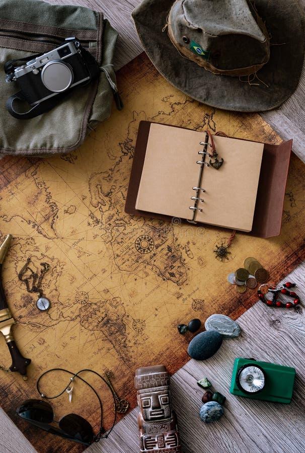 Stara mapa, rocznik podróży wyposażenie i pamiątki od podróży dookoła świata dla twój teksta,/miejsce obrazy royalty free