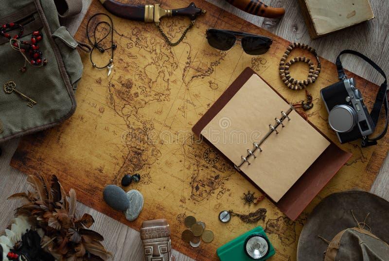 Stara mapa, rocznik podróży wyposażenie i pamiątki od podróży dookoła świata dla twój teksta,/miejsce fotografia stock
