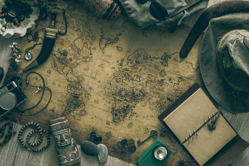 Stara mapa, rocznik podróży wyposażenie i pamiątki od podróży dookoła świata dla twój teksta,/miejsce zdjęcia stock