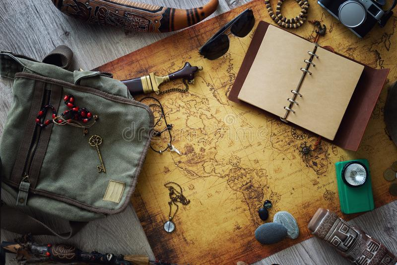 Stara mapa, rocznik podróży wyposażenie i pamiątki od podróży dookoła świata dla twój teksta,/miejsce obraz royalty free