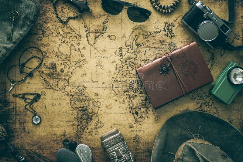 Stara mapa, rocznik podróży wyposażenie i pamiątki od podróży dookoła świata dla twój teksta,/miejsce obrazy stock