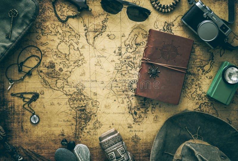 Stara mapa, rocznik podróży wyposażenie i pamiątki od podróży dookoła świata dla twój teksta,/miejsce zdjęcie stock